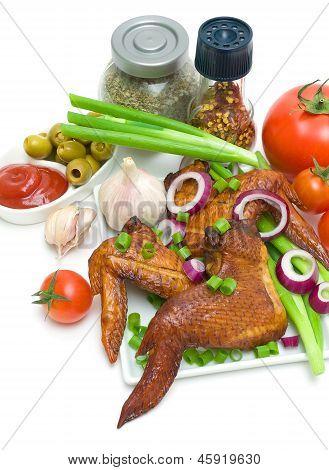 Geräuchert, Hähnchenflügel, Gemüse und Gewürze auf weißem Hintergrund