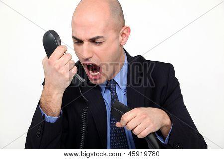 Mann schreien wütend in receiver
