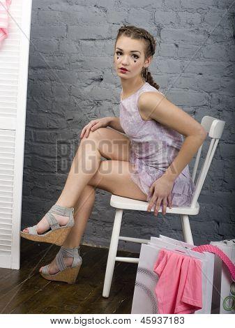 Porträt von hübschen Mädchen in Make up wie Puppe