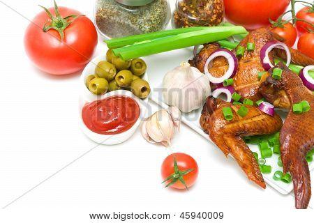 Leckere geräucherte Hähnchenflügel mit Gemüse auf weißem Hintergrund