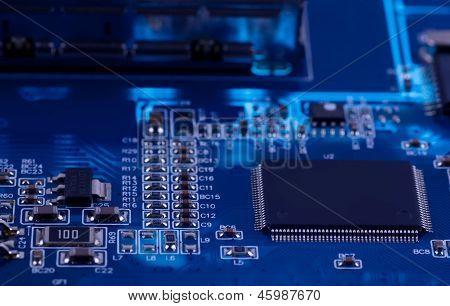 Macro foto del circuito electrónico. PCB en la iluminación.
