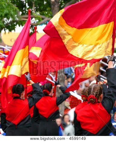 Manifestantes con banderas
