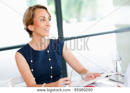 Business woman talking to her collegues in office