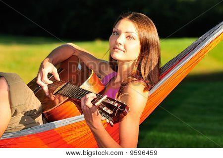 Mulher tocando guitarra