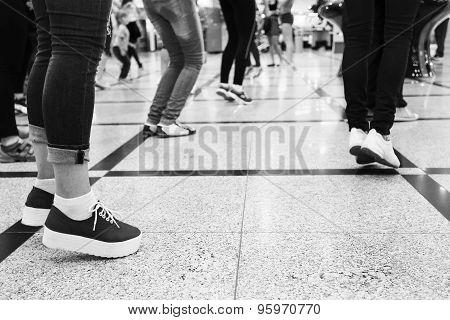 feet of people dancing