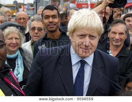 Prefeito de Londres Boris Johnson na reabertura da rotunda de Gants Hill em Gants Hill em Londres 1 sobre