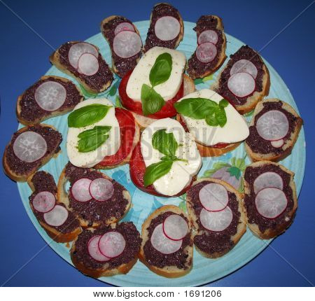 Crostini With Tapenade And Radishes (Sgsguret Imgp1454)