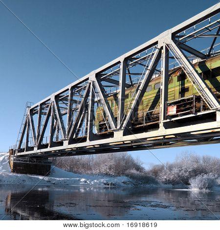ponte ferroviária através do rio pequeno