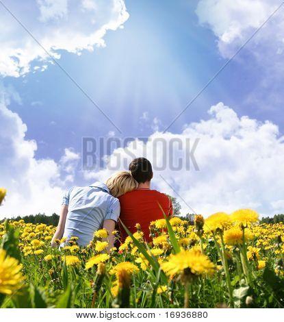 casal feliz ao ar livre