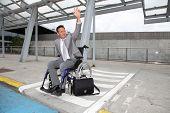 Постер, плакат: Бизнесмен в инвалидной коляске ожидание на такси
