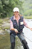 Постер, плакат: женщина с линией летать рыбалка в реке