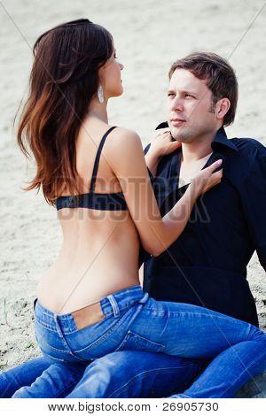 Retrato de una dulce pareja de enamorados disfrutando de unas vacaciones de verano.