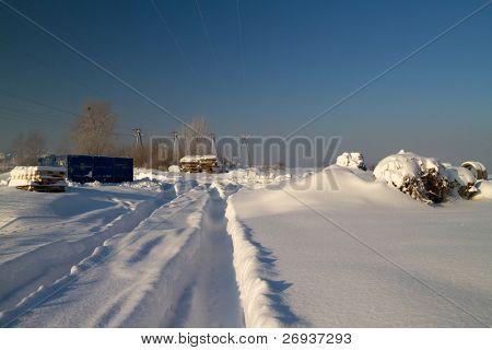 Vacío camino cubierto de nieve después de ataque de invierno