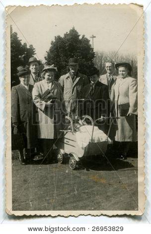 altes Photo drei Generationen der Familie mit einem Kind (1950)