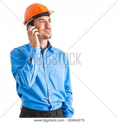 Ingeniero en el teléfono aislado en blanco