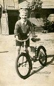 Постер, плакат: Винтаж Фото мальчика с велосипедов начале пятидесятых годов
