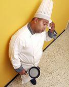 Постер, плакат: Измученный готовить на кухне повар работающих в кухне