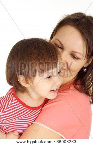 Mutter und Kind in einen roten Pullover