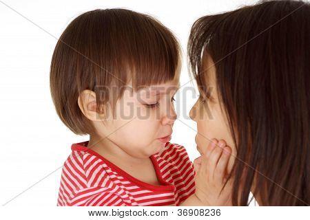 hübsche Tochter in einen roten Pullover und Mutter