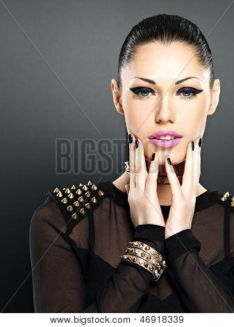 Schönes Gesicht der Frau mit schwarzen Nägeln und hellen Make-up gestalten.