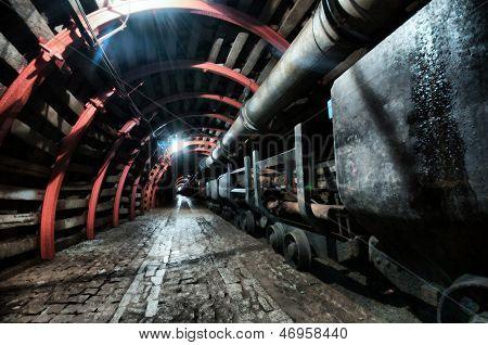 Túnel de la mina con ruta