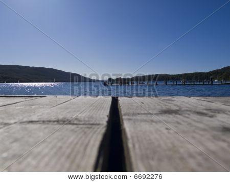 Día soleado en Coniston agua, Cumbria, Jetty