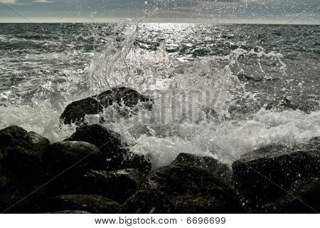 Sputtering sea waves