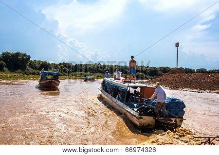 Siem Reap, Cambodia - May 3 2014:  The Tourist Visiting Tonle Sap Lake In Siem Reap. Tonle Sap Is Th