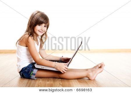 Kind spielt mit einem laptop
