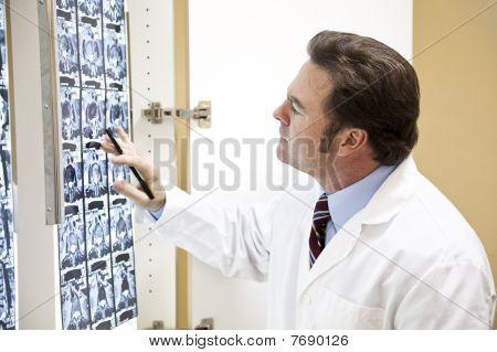 Chiropraktiker untersucht scan
