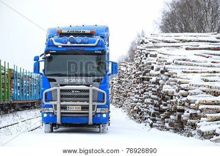 Blue Scania R580 V8 Logging Truck At Railway Timber Yard