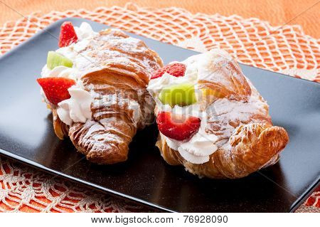 Brioches with cream and cookies
