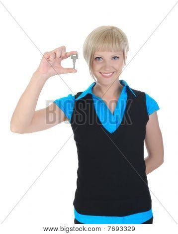 Hermosa chica con la llave en la mano.