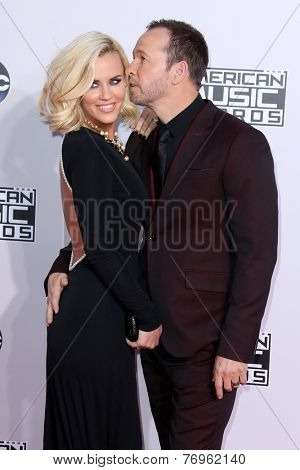 LOS ANGELES - NOV 23:  Jenny McCarthy, Donnie Wahlberg at the 2014 American Music Awards - Arrivals at the Nokia Theater on November 23, 2014 in Los Angeles, CA