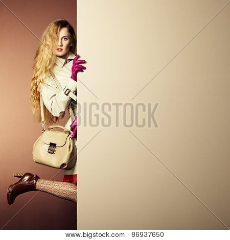 Photo Young Beautiful Woman In A Raincoat In Interior