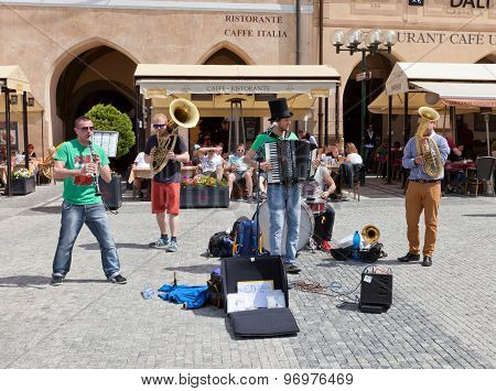 Street Band Circus Problem In Prague