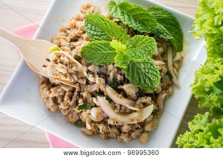 Spicy Minced Pork Salad Served With Vegetable