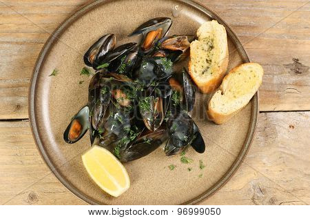 Mussels With Lemon And Garlic Bread