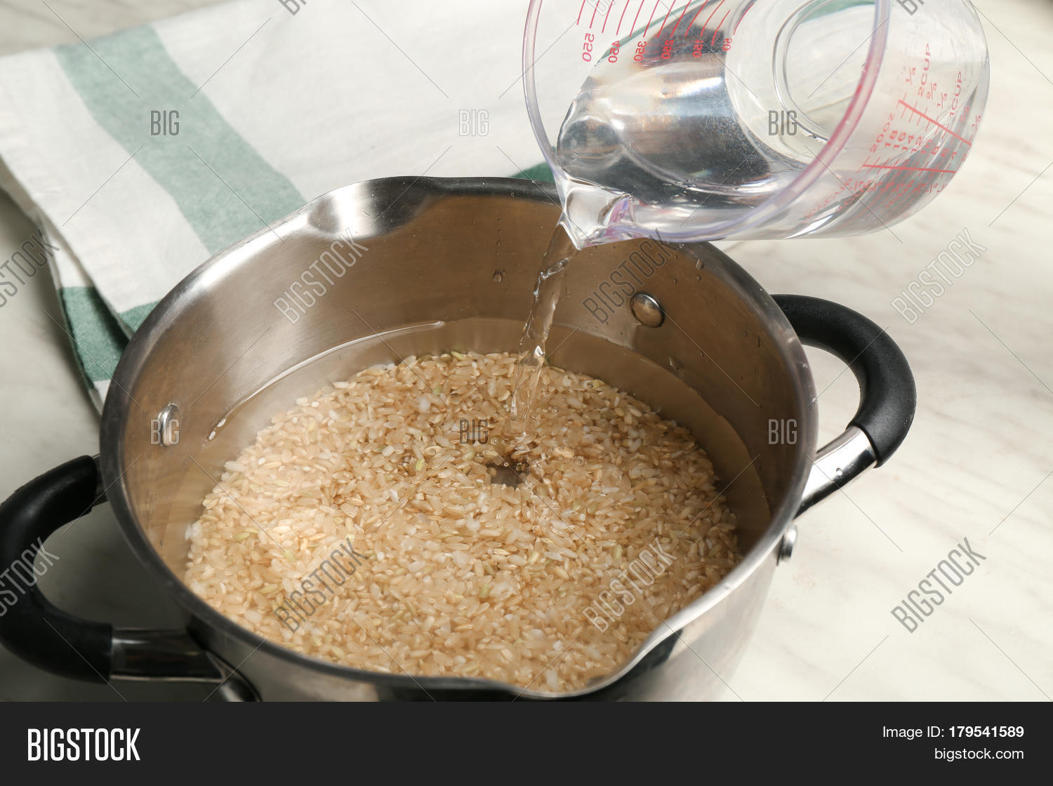 how to cook brown rice in a saucepan