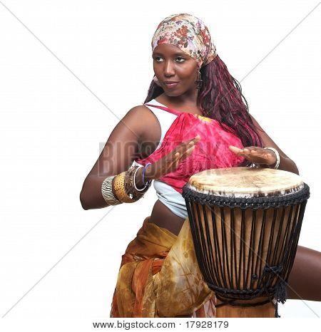 Colorido baterista Djembe