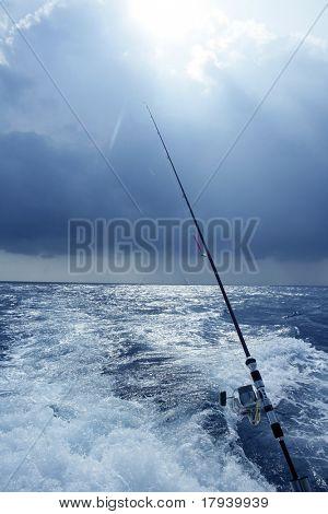 Pescador barco pesca no oceano de água salgada