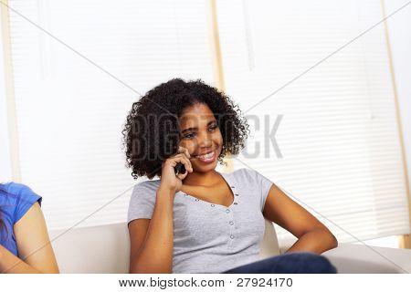 Menina usando um telefone celular