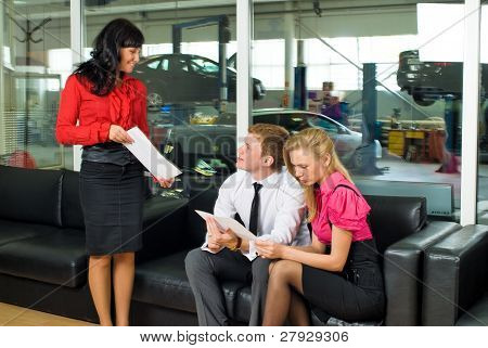Coche de joven pareja espera del servicio