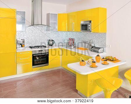 Interior da cozinha moderna com decoração amarela