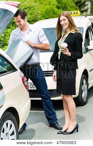Junge Frau vor dem Taxi stand, sie hat ihr Ziel erreicht, der Taxifahrer helfen wi