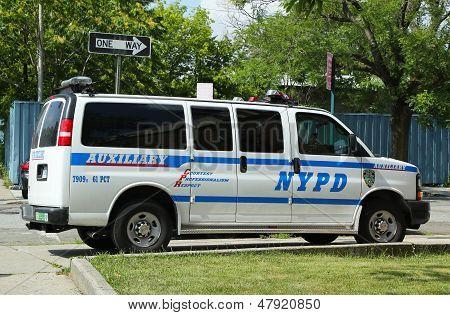 Van auxiliar de policía de Nueva York en Brooklyn, NY