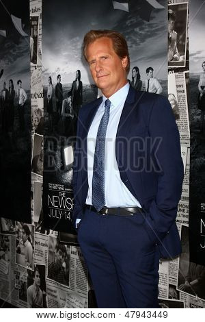LOS ANGELES - JUL 10:  Jeff Daniels arrives at the HBO series