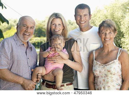 Portrait of a Baby Girl mit Eltern und Großeltern im Garten