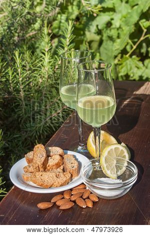 Limoncello und biscotti