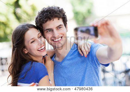 Paar nehmen Foto von sich